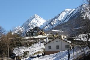 La maison bénéficie d'une solide assise grâce à la montagne