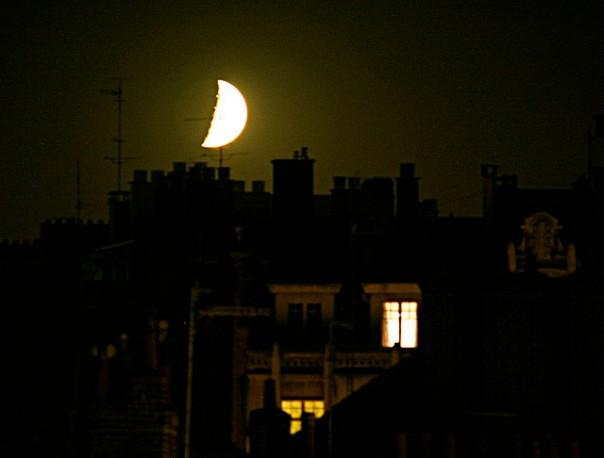 lune à la fenêtre