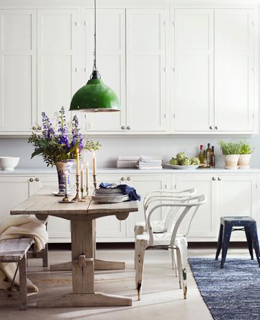 cuisine-blanche-table-bois-tapis-noir